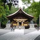 諏訪大社 秋宮。平日でしたがそれなりの参拝客でにぎわっていました。
