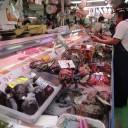 牧志公設市場 2階の食堂では購入したものを調理してもらう事が出来ます。