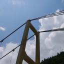 湖畔のつり橋。ひと一人分の横幅。